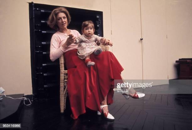 Nicole Courcel et sa fille Julie dans les années 70 à Paris France Circa 1970