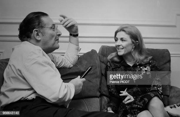 Nicole Courcel interviewé par Léon Zitrone chez elle à Paris le 6 novembre 1972 France