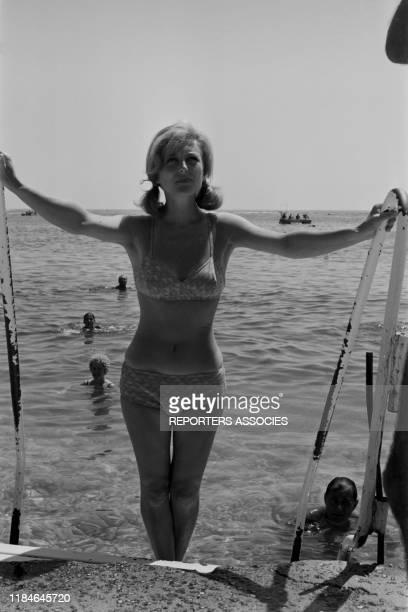 Nicole Courcel sortant de la mer à Cannes en 1966 France