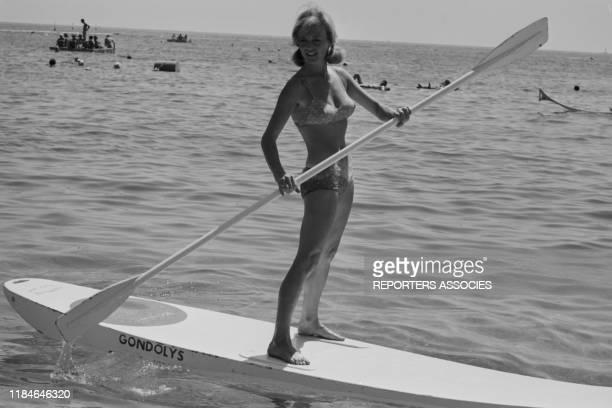 Nicole Courcel sur un gondolys à Cannes en 1966 France
