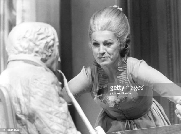 Nicole Heesters in der Rolle der Frau von Stein in der GobertInszenierung des HacksStücks Ein Gespräch im Hause Stein über den abwesenden Herrn von...