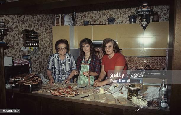 Nicole mit ihrer Mutter Marlies Hohloch und ihrer Großmutter Maria Besuch im Elternhaus Küche Schlager Promi Promis Prominenter Prominente LD Foto P...