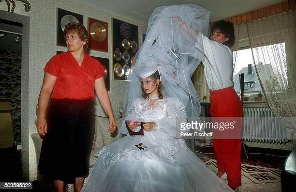 Nicole Mutter Marlies Hohloch und Freundin vor Hochzeit am in Neunkirchen / Saarland Deutschland