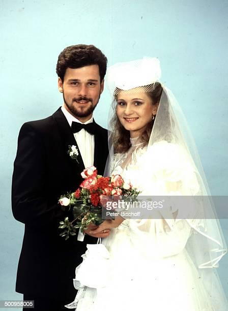 Nicole Sängerin Ehemann Winfried Seibert Hochzeit Studio Blumen Blumenstrauß Fliege Smoking Brautkleid Promi Promis Prominenter Prominente LD Photo...
