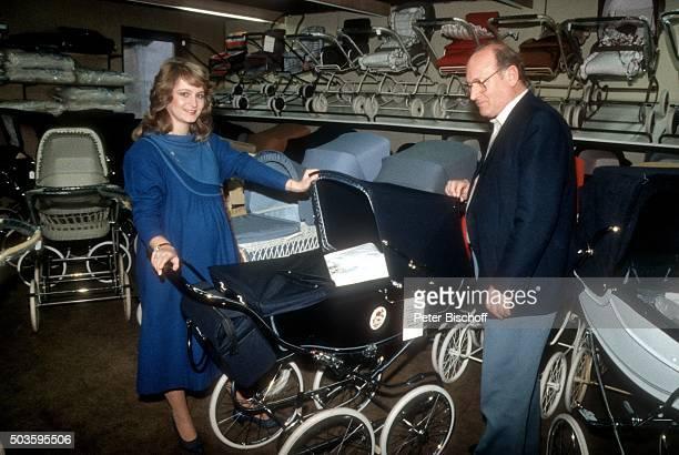 Nicole Vater Siegfried Hohloch Einkauf BabyAusstattung am im Einkaufscenter Clemens in St Wendel / Saarland Deutschland