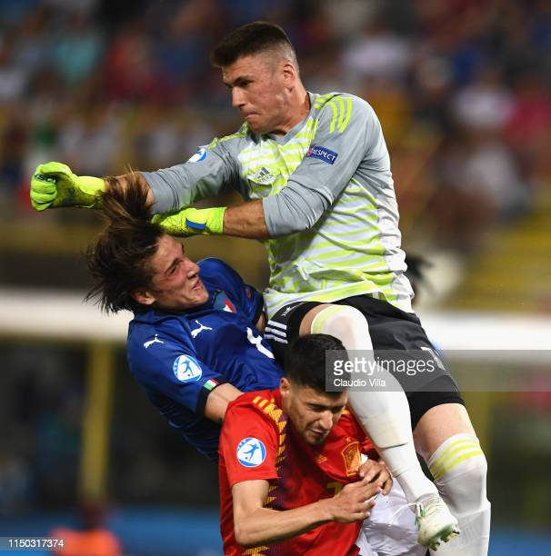 Nicolo Zaniolo of Italy Unal Simon and Aaron Martin osfSpain compete for the ball during the 2019 UEFA U21 Group A match between Italy and Spain at...