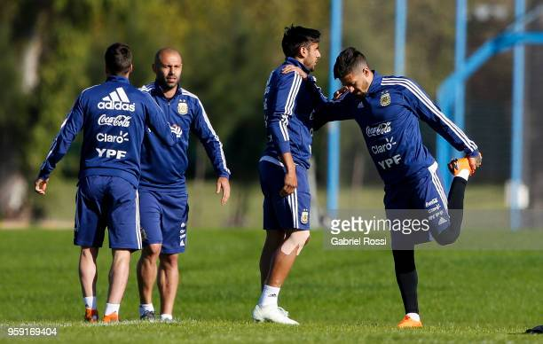 Nicolás Tagliafico Eduardo Salvio Javier Mascherano and Manuel Lanzini of Argentina warm up during a traning session as part of the preparation for...