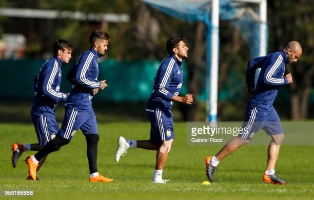 Nicolás Tagliafico Manuel Lanzini Eduardo Salvio and Javier Mascherano warm up during a traning session as part of the preparation for the FIFA World...