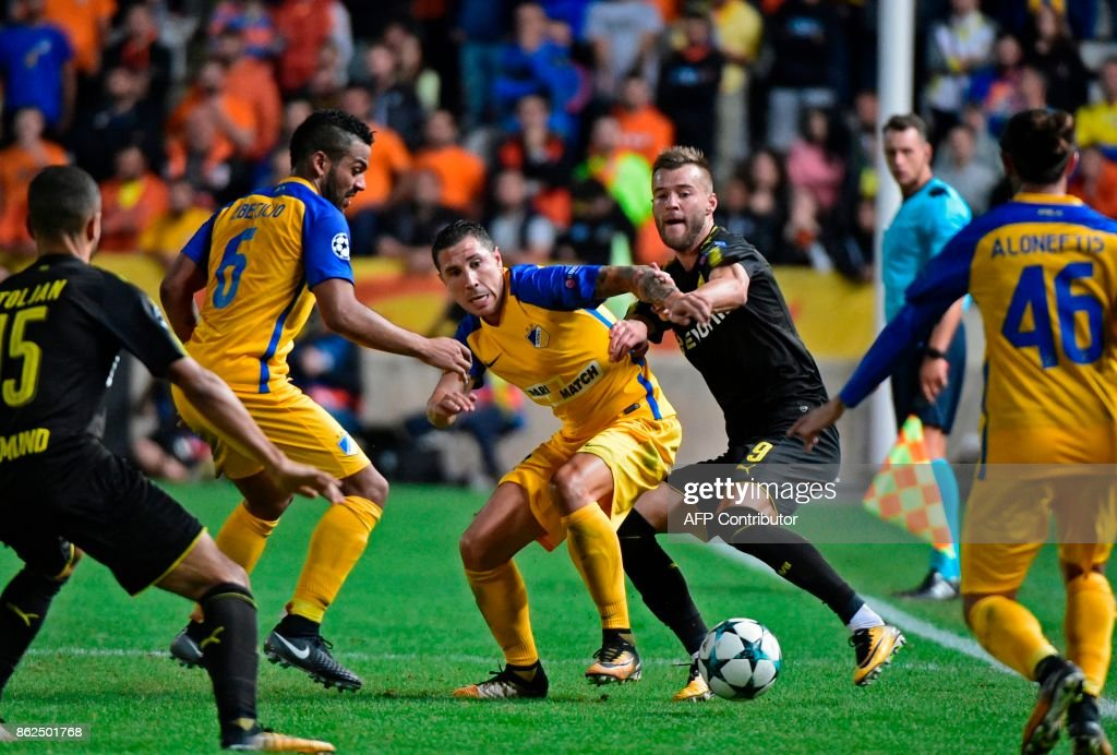 Nicosia's Spanish defender Roberto Lago (C-L) vies for the ball with Dortmund's Ukrainian forward Andrei Yarmolenko (C-R) during the UEFA Champions League football match between Apoel FC and Borussia Dortmund at the GSP Stadium in the Cypriot capital, Nicosia on October 17, 2017. /