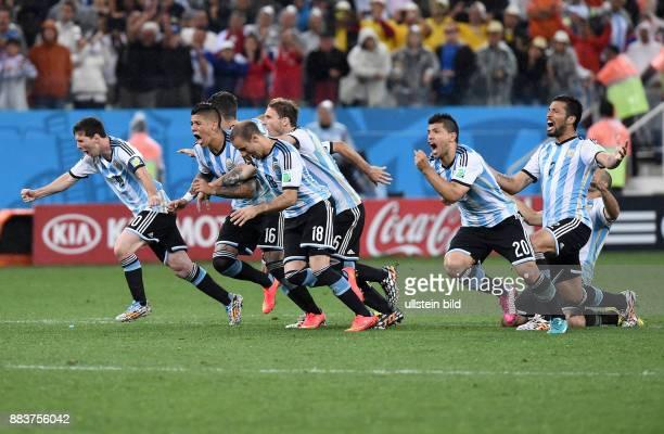 FUSSBALL Niederlande Argentinien Lionel Messi Marcos Rojo Lucas Biglia Rodrigo Palacio Sergio Agueero und Ezequiel Garay bejubeln den Einzug in das...