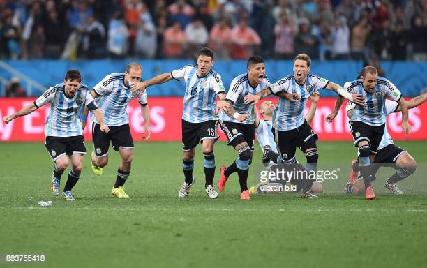 FUSSBALL Niederlande Argentinien Lionel Messi Pablo Zabaleta Martin Demichelis Marcos Rojo Lucas Biglia und Rodrigo Palacio jubeln ueber den Einzug...