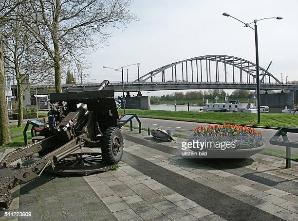 Niederlande, Arnheim: Blick zur Rheinbrücke mit Geschütz als Gedenkstätte 2. Weltkrieg