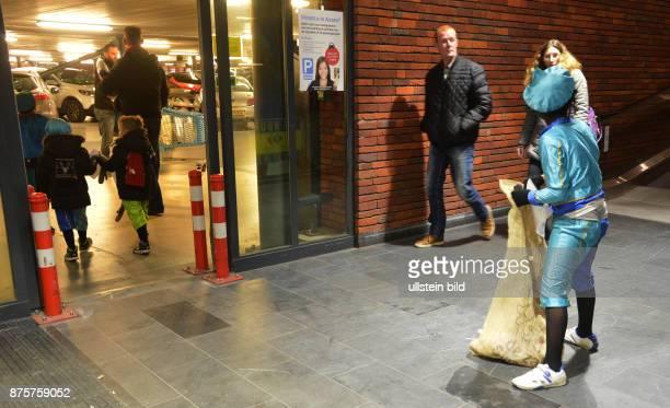 Niederlande, Assen: Der Einzug des Sinterklaas loeste bei vielen Kindern in den Niederlanden Furcht aber auch Freude aus , nicht so bei einigen...