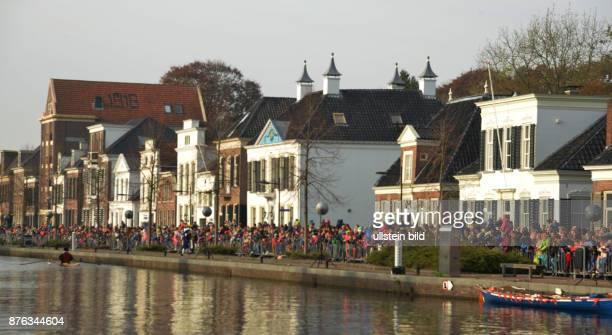 Der Einzug des Sinterklaas loeste bei vielen Kindern in den Niederlanden Furcht aber auch Freude aus nicht so bei einigen Buergern die in seinem...