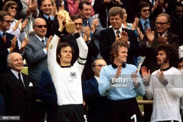 BEST Niederlande Bundesrepublik Deutschland Kapitaen Franz Beckenbauer praesentiert stolz den FIFA Weltpokal mit Torwart Sepp Maier und Paul Breitner...