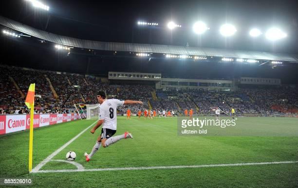 FUSSBALL EUROPAMEISTERSCHAFT Niederlande Deutschland Mesut Oezil fuehrt einen Eckball aus