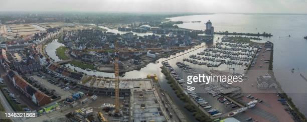 """nieuw waterfront newly built residential area in harderwijk on the shore of the wolderwijd lake - """"sjoerd van der wal"""" or """"sjo"""" stockfoto's en -beelden"""