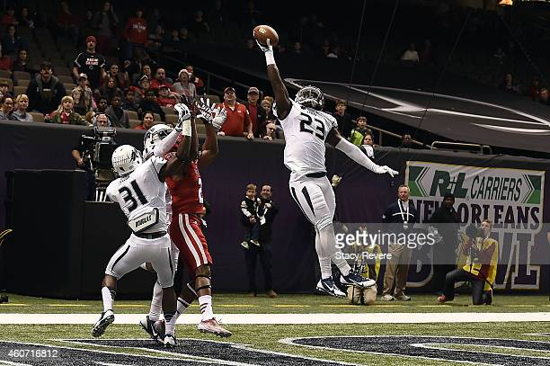 Nigel Haikins of the Nevada Wolf Pack deflects a pass intended for CJ Bates of the LouisianaLafayette Ragin Cajuns late in the second quarter of the...