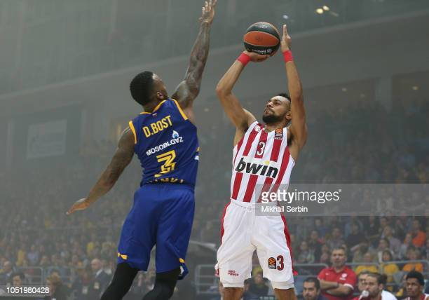 Nigel WilliamsGoss #3 of Olympiacos Piraeus competes with Dee Bost #3 of Khimki Moscow Region in action during the 2018/2019 Turkish Airlines...