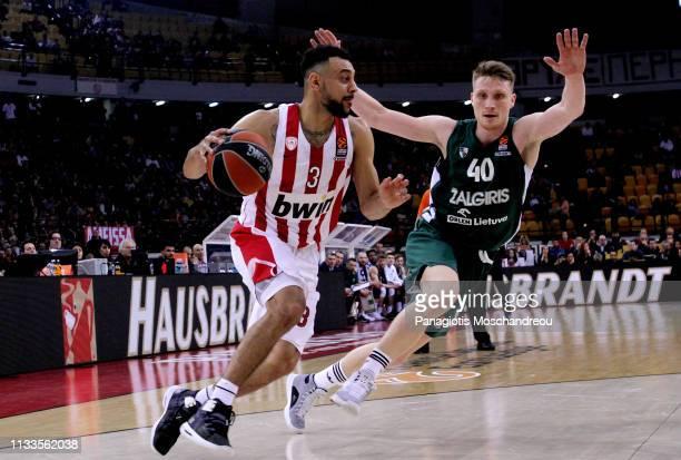 Nigel WilliamsGoss #3 of Olympiacos Piraeus competes with Marius Grigonis #40 of Zalgiris Kaunas during the 2018/2019 Turkish Airlines EuroLeague...