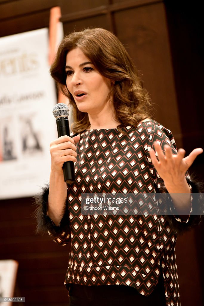 """Nigella Lawson Signs Copies Of Her New Book """"At My Table"""" : ニュース写真"""