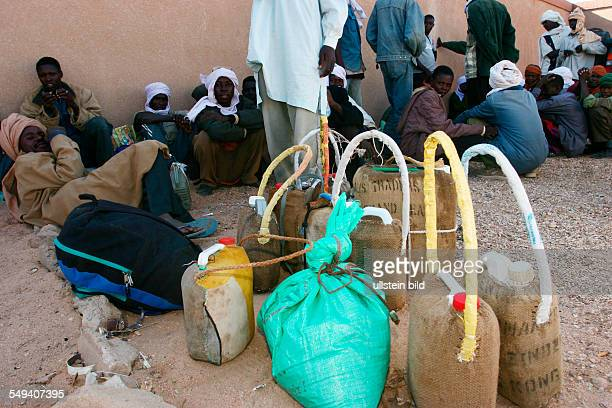NER Niger Agadez Der Busbahnhof in Agadez Jeder der von Agadez Richtung Norden fahren moechte kann sich in einen der dortigen Reisebueros ein Ticket...