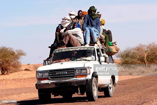NER Niger Anou Araghene Ein Gelaendewagen bei Anou Araghene auf den Weg nach Algerien
