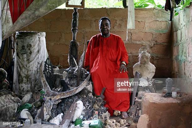 NGA Nigeria Otafure Oberhaupt bzw Chief und Ebo Priester John Odeh vom Koenigreich Benin bei seinen Edo Altar im Dorf Otafure