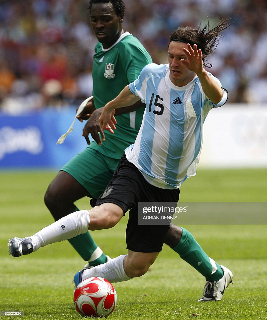 Nigerian defender Dele Adeleye (L) chall : News Photo