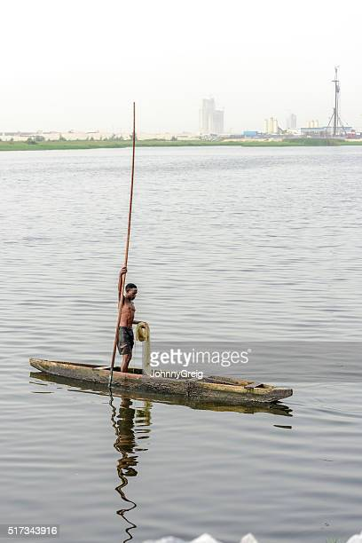 nigéria pescador em canoa, victoria ilha, lagos, nigéria - nigéria imagens e fotografias de stock