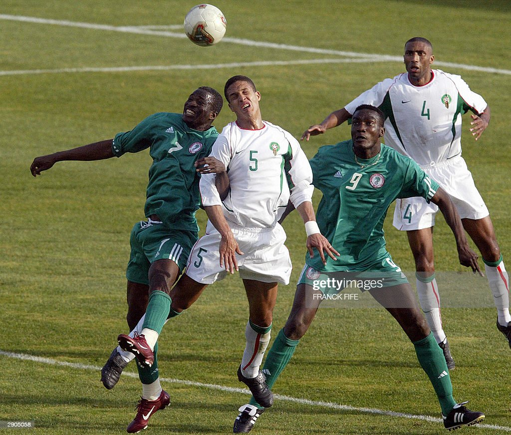 Nigeria's forward John Utaka (L), Morocc : News Photo