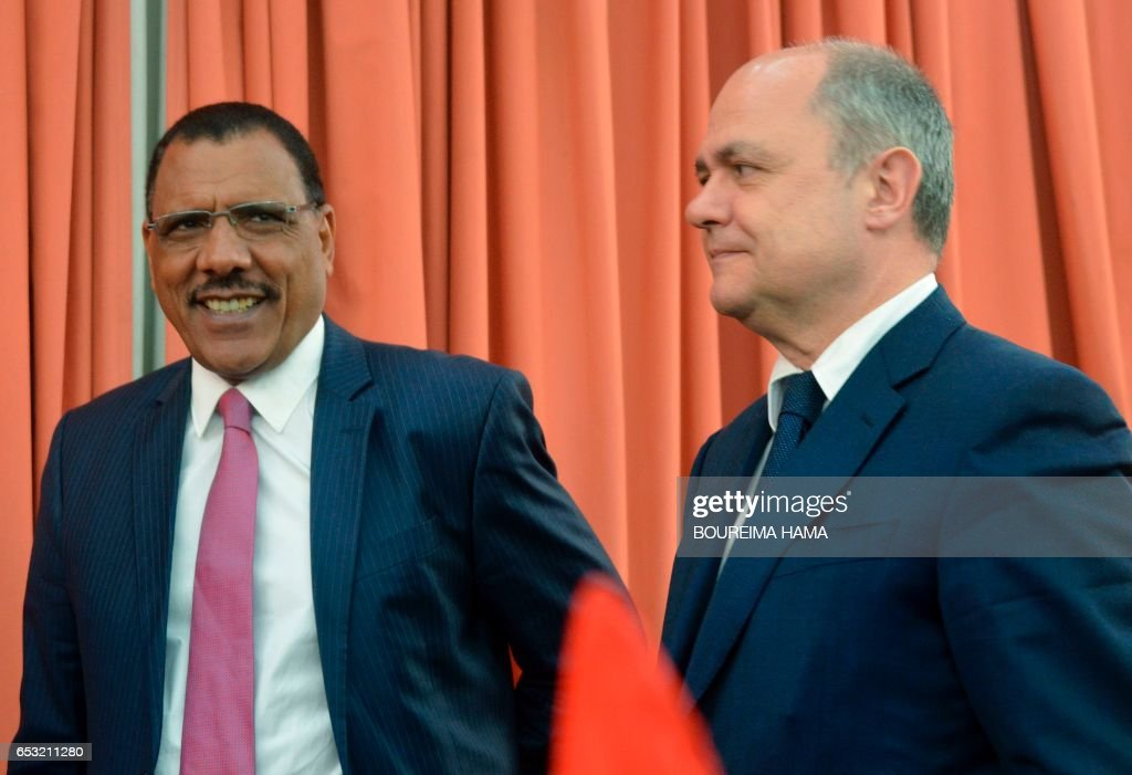 Niger's Interior Minister Mohamed Bazoum (L) and French Interior Minister Bruno Le Roux (R) attend a meeting on March 13, 2107 in the capital Niamey. /
