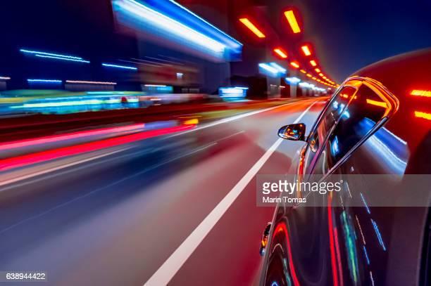 night car driving downtown - aparición acontecimiento fotografías e imágenes de stock