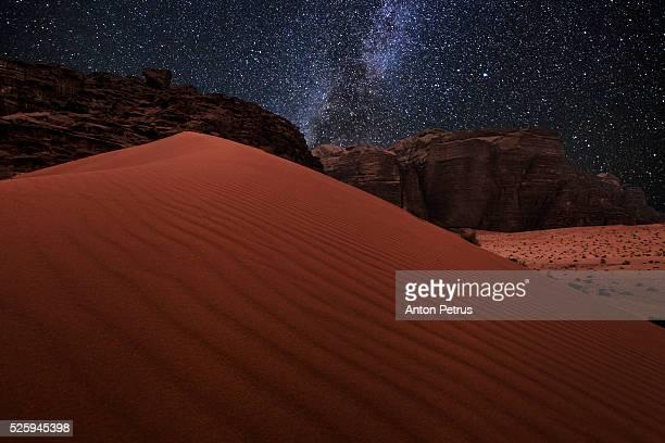 night in wadi rum desert. jordan - paisajes de jordania fotografías e imágenes de stock