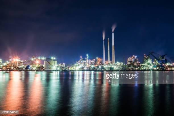 night industrial complex - 工場地帯 ストックフォトと画像