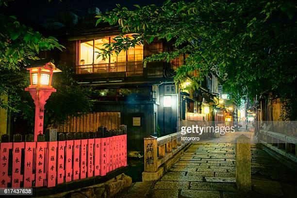 night life around the tatsumi bashi bridge (巽橋) in gion (祇園) kyoto (京都) japan - 京都市 ストックフォトと画像