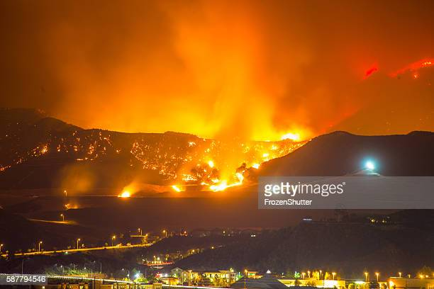 night long exposure photograph of the santa clarita wildfire - kalifornien stock-fotos und bilder