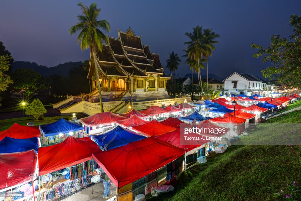 Night market and Haw Pha Bang temple in Luang Prabang : Stock-Foto