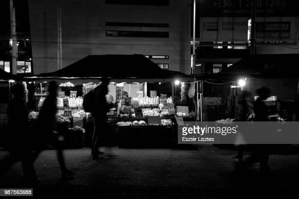 night market - reporterstil stock-fotos und bilder