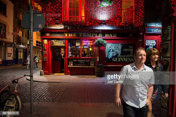 night outside temple bar in dublin, ireland - temple bar dublin stock photos and pictures