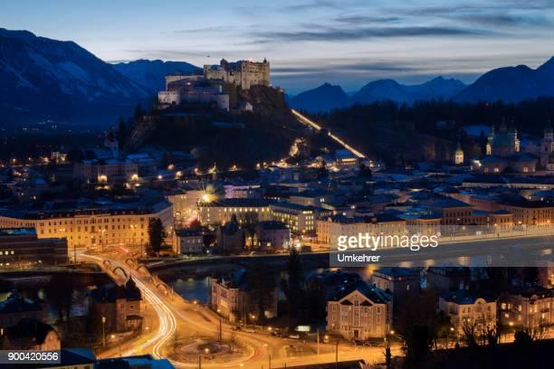 nacht panorama von salzburg - umkehrer stock-fotos und bilder