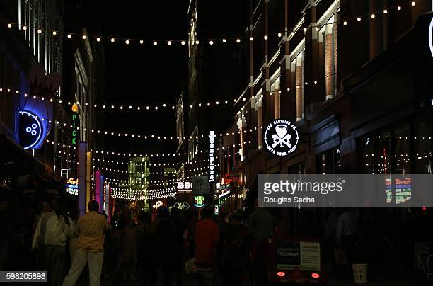 night party in the alley, east forth street entertainment district, cleveland, ohio, usa - parti politique photos et images de collection
