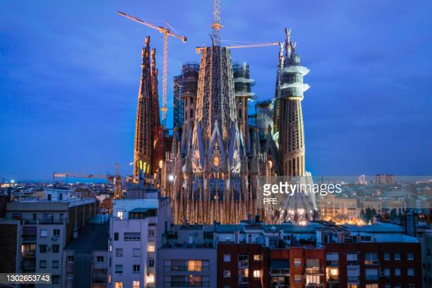 night photo of barcelona skyline sagrada familia - familia stock-fotos und bilder