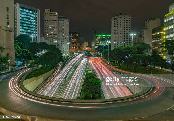 night photo with long exposure in the streets of downtown são paulo, marking the horseshoe with car movement. - são paulo stock pictures, royalty-free photos & images