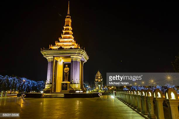 night photograph of the statue of norodom sihanouk, phnom penh, cambodia, indochina, southeast asia, asia - norodom sihanouk stock pictures, royalty-free photos & images