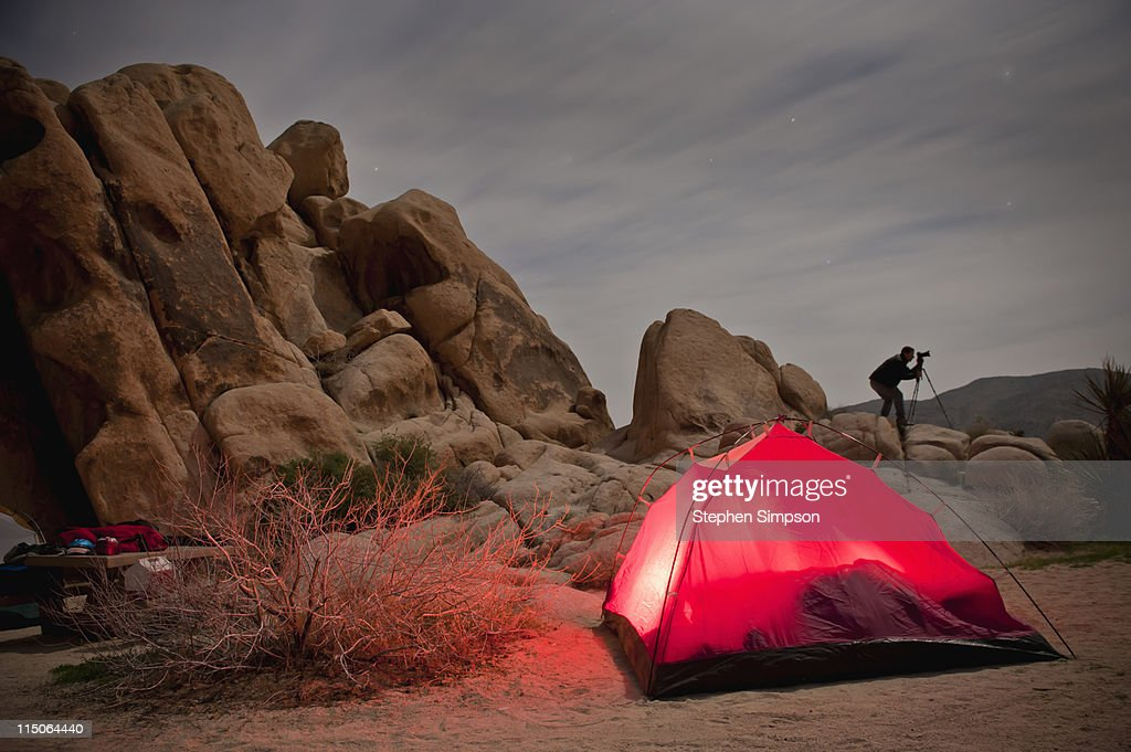 night photography and camping in the desert : Foto de stock