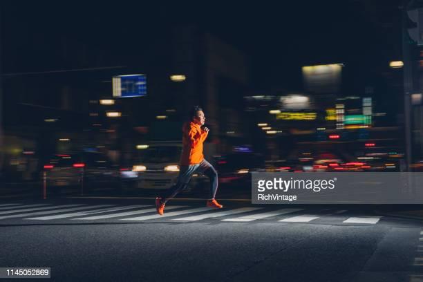 nacht lopen in tokio - baanevenement stockfoto's en -beelden