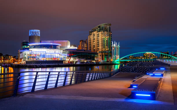 night, salford quays, manchester, england - manchester skyline stock pictures, royalty-free photos & images