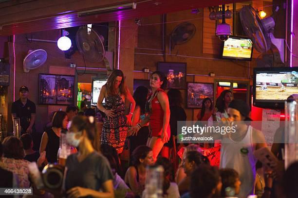 vida nocturna en el bar en khaosan road - kathoey fotografías e imágenes de stock