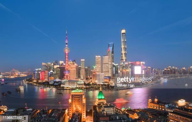 night scene of lujiazui in shanghai - rio huangpu - fotografias e filmes do acervo